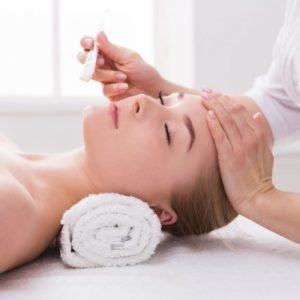 woman-gets-face-mask-by-beautician-at-spa-L4E2D7Z-1024x683
